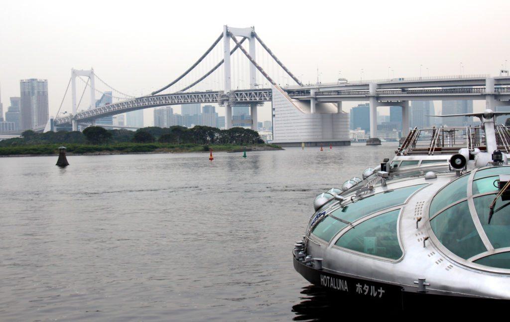 barco Hotaluna junto Puente Rainbow, rio Sumida