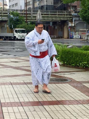 luchador sumo andando calle