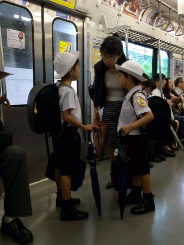niños tren escolares Tokio
