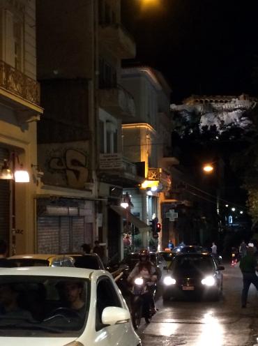 calle nocturna Atenas, con partenon