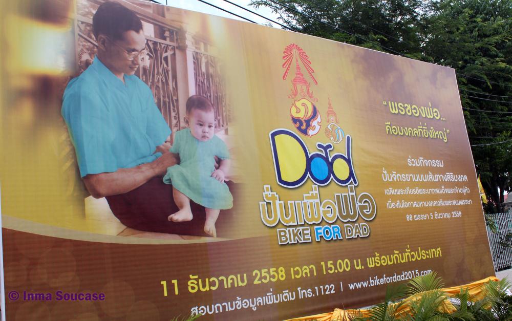 Bike for dad - cumpleaños rey Tailandia - cartel con su hijo