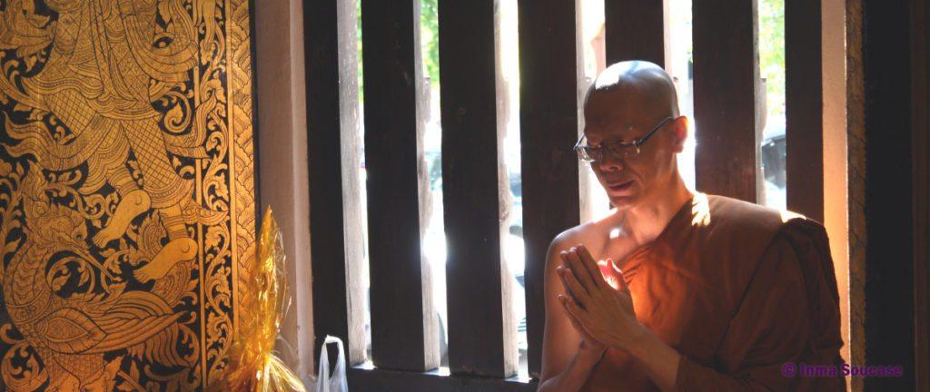 monje-budista-rezando-tailandia