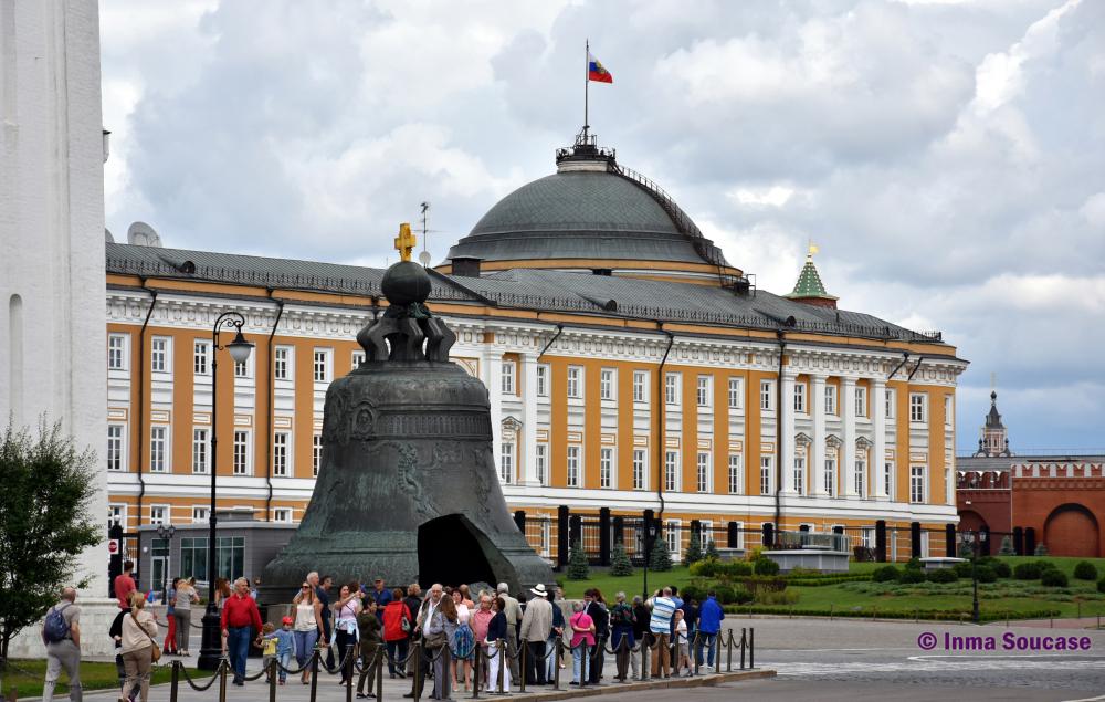 campana-zarina-gente-kremlin-moscu