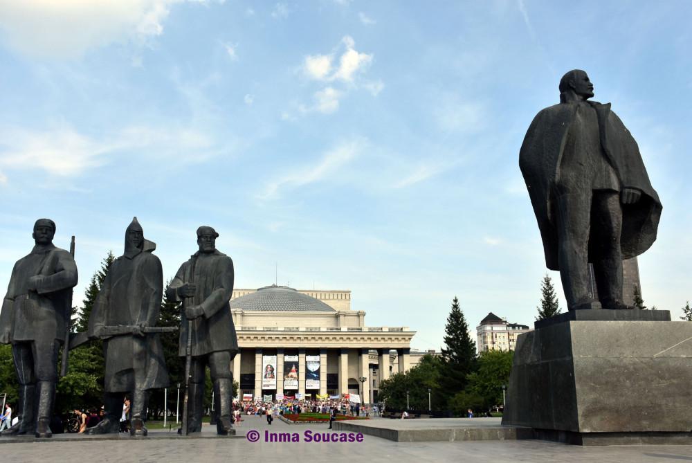 plaza-de-lenin-y-el-teatro-academico-de-la-opera-y-ballet-estatal-novosibirsk