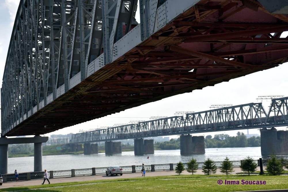 puente-del-metro-y-tren-sobre-el-rio-obi-novosivirsk
